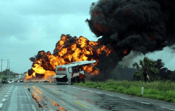 Aumenta a 15 muertos por explosión de pipa en Tabasco