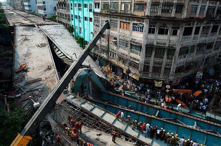 21 muertos por colapso de paso elevado en Calcuta