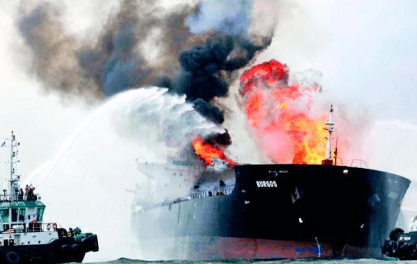 PEMEX: Incendio en el buque tanque Burgos está totalmente controlado
