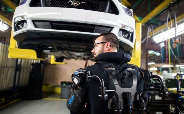 Ford cuenta con exoesqueletos para prevenir fatiga y lesiones en trabajadores